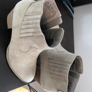 CARLOS Beige Booties Size 9